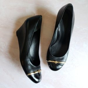 Tory Burch Leather cap toe black Logo Wedges 10